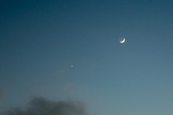 ベランダから見た月と星